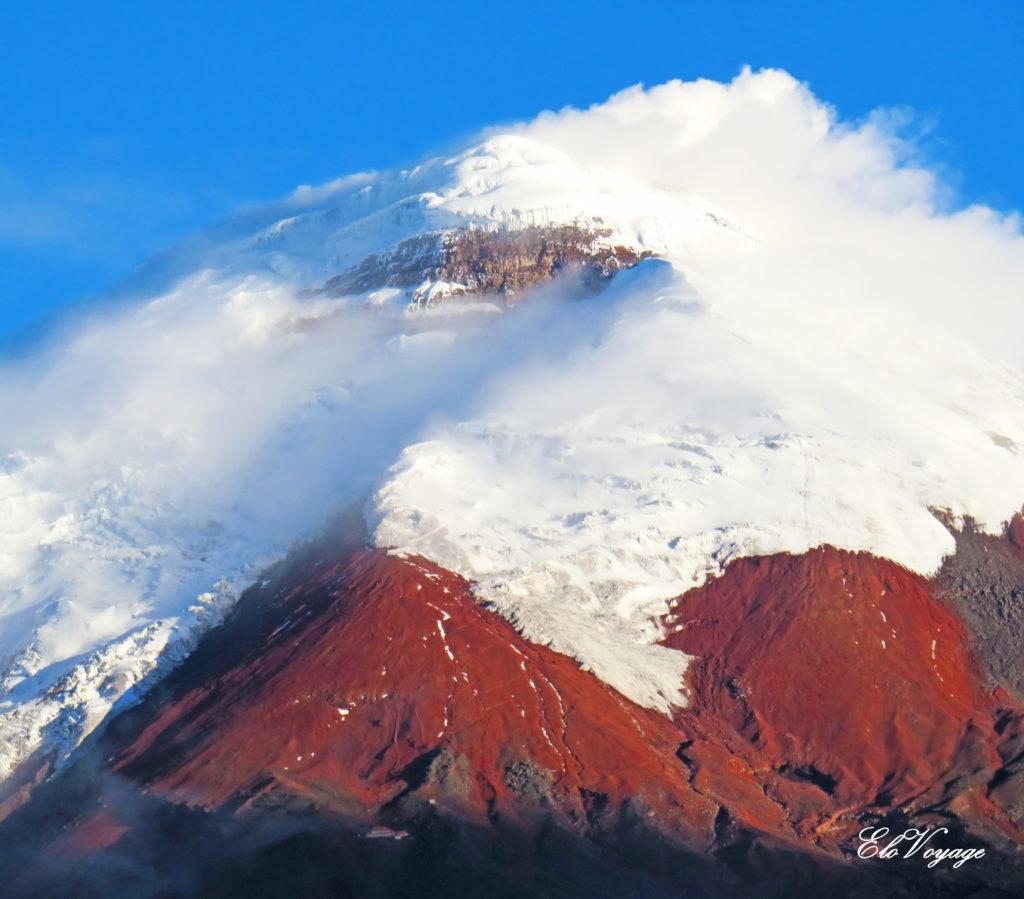 sommet enneigé du volcan cotopaxi