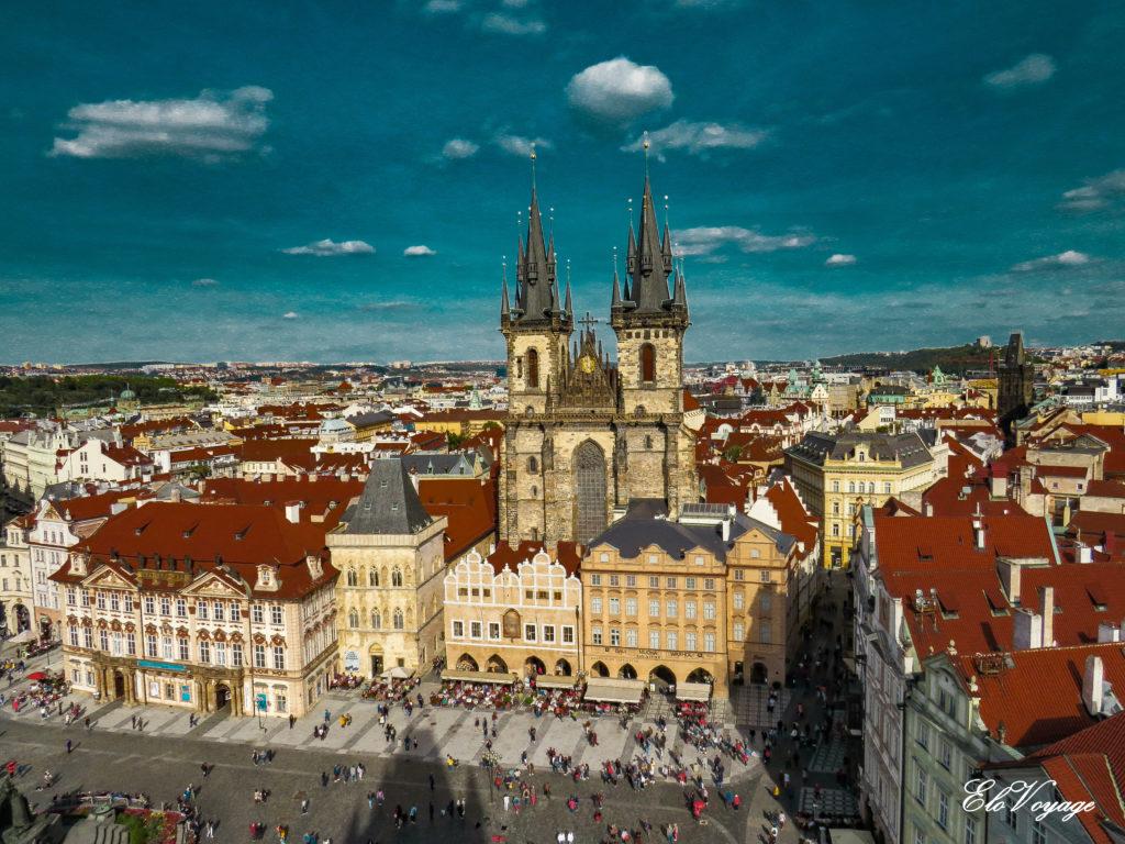 vue sur la vieille-ville de Prague et les tours Notre-Dame-de-Tyn