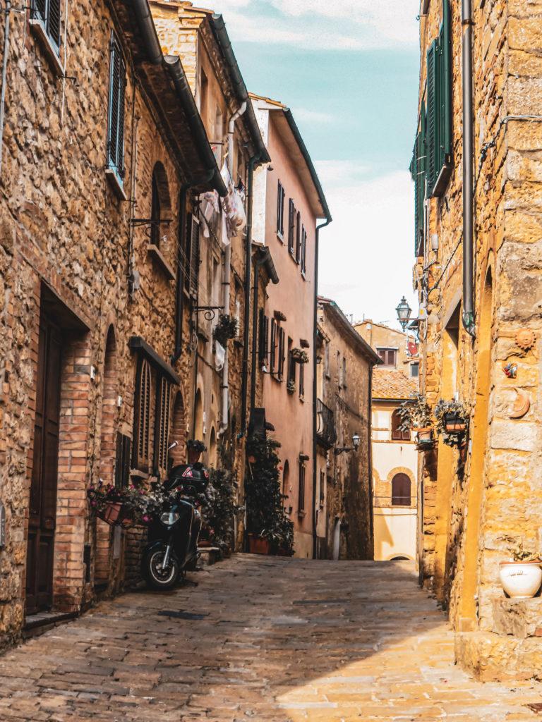 Rue Volterra Vespa Toscane